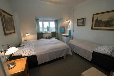 tripleværelse med bad og toilet på gangen, Hotel Lolland
