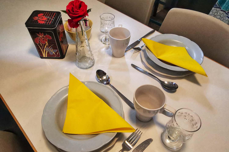 Sovesal Hotel Lolland, spisepladser, porcelæn og bestik, alt til dig der rejser